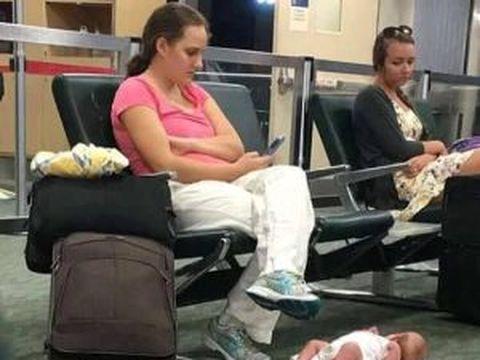 Șocant! Imaginea care a devenit virală! O mamă și-a pus bebelușul pe jos, în aeroport, apoi a butonat telefonul. E îngrozitor ce a urmat