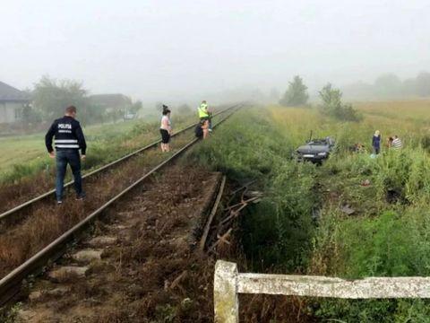 Accident cumplit! Un tânăr de 20 de ani a murit după ce mașina lui a fost izbită de tren