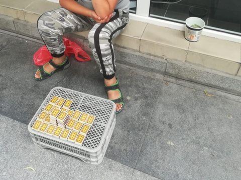 """Acest băiețel vinde chibrituri pe stradă. Pentru ce speră să strângă suma de 400 de lei: """"E un copil și are visuri"""""""