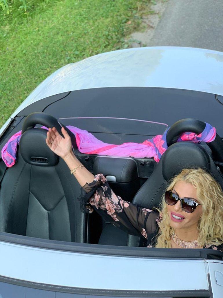 "Nicoleta Guță, apariție sexy la volanul unui bolid! ""Vine o surpriză mare!"""