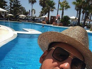 Fiul lui Gabriel Oprea îşi răsfaţă iubita sexy la un hotel de 5 stele de pe Costa del Sol! FOTO