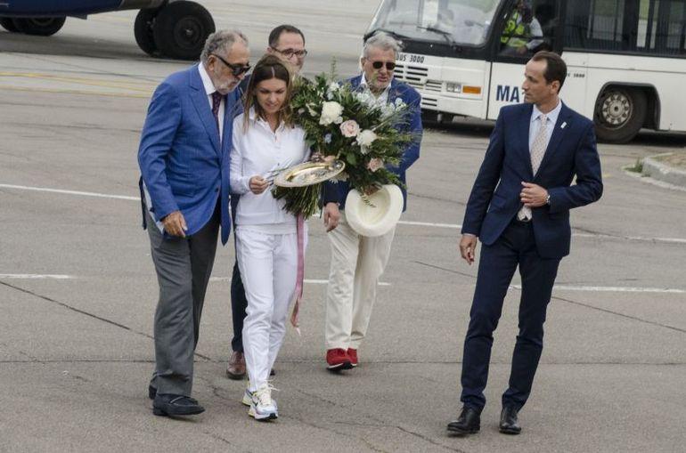 Povestea fabulosului Rolls Royce roşu cu care Ion Ţiriac a plimbat-o pe Simona Halep de la aeroport! Miliardarul a reparat special limuzina pentru acest eveniment! FOTO