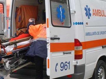 Un bărbat din Iași și-a bătut cu sălbăticie soția! Când a venit ambulața, i-a spart parbrizul cu un topor