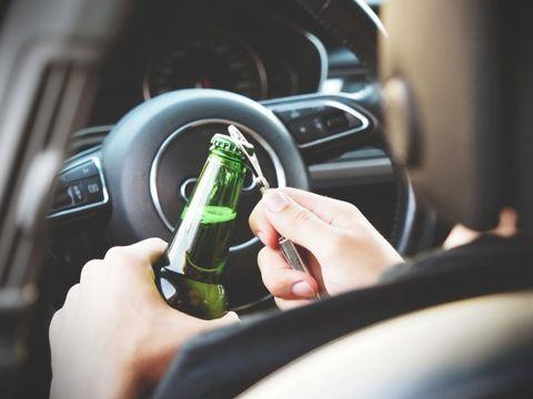 Un instructor auto român îi învăța pe elevi să conducă în timp ce era beat! Riscă acum închisoarea