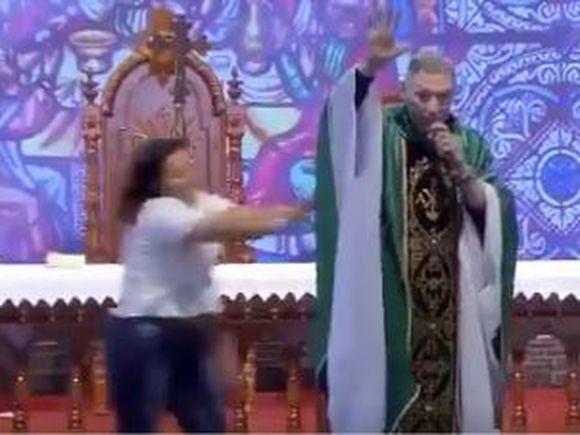"""Preot, atacat de o femeie în timpul slujbei! """"Femeile grase nu ajung în Rai!"""" spusese el înainte"""