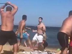 Bătaie ca-n filme pe plajă! S-au împins și s-au lovit fără să mai țină cont că-s și copii pe lângă ei. Unul din bărbați a apucat o țeavă de metal și ce-a urmat e scandalos