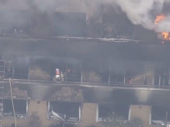 Clădire incendiată de o mână criminală. Peste 12 persoane au murit pe loc