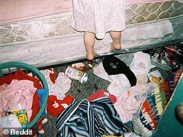 Imagini șocante făcute publice de către fiica unei dependente de droguri! A crescut în condiții greu de imaginat