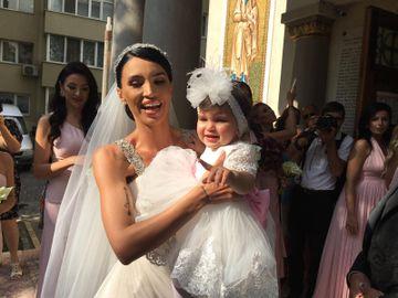Ce ținută spectaculoasă a purtat Zenaida, fiica Adelinei Pestrițu și a lui Virgil Șteblea, la ceremonia religioasă