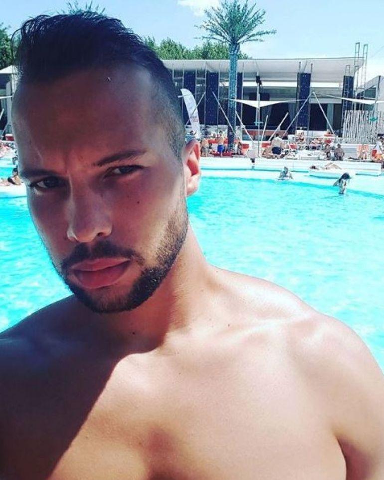 Tristan Tate petrece cu femei goale la piscina vilei sale din Pipera! Vezi ce face fostul iubit al Biancăi Drăguşanu în timp ce ele se bronzează! FOTO