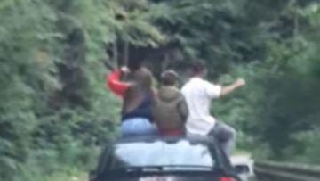 Inconștiență absolută! Mai mulți tineri și-au pus viața în pericol pe Transfăgărășan! S-au suit pe capota unei mașini și... VIDEO