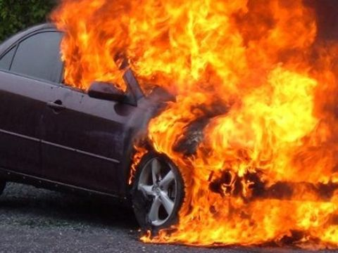 Accident grav în Valea Oltului! Un autoturism a intrat într-un perete de stâncă și a luat foc