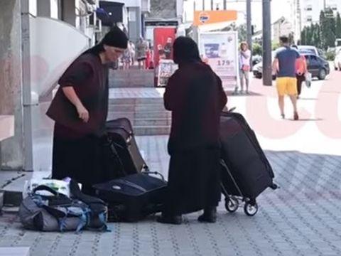 """Două măicuțe au terorizat un oraș din România! Oamenii au rămas mască: """"Au împins un om în fața trenului"""""""