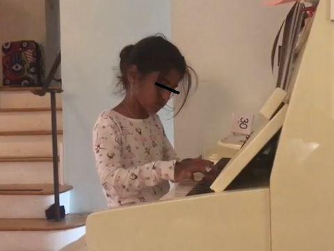 Imagini cu Sorina din America! Micuța cântă la pian, cu zâmbetul șters