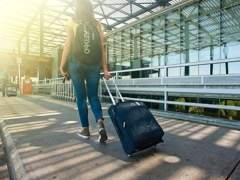 Caz uluitor. O româncă, săltată pe aeroportul din Frankfurt! Nemţii i-au preluat fiica de un an şi au trimis-o într-un centru de plasament
