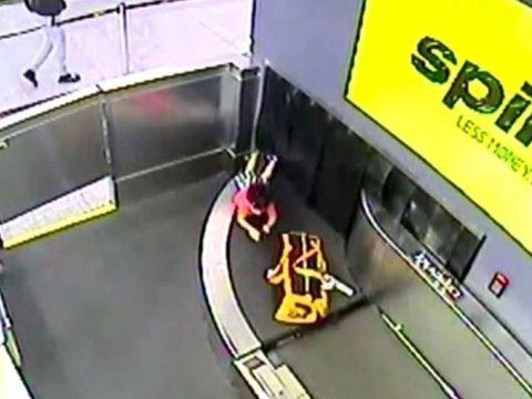 Panică pe aeroport! Un copil s-a desprins de lângă mama lui și s-a așezat pe banda de bagaje! Ce a urmat