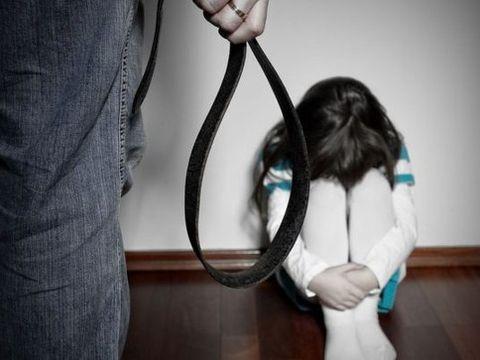 Gest șocant al unui tată din Arad! Și-a bătut cele trei fetițe cu biciul pentru că au colorat blana câinelui