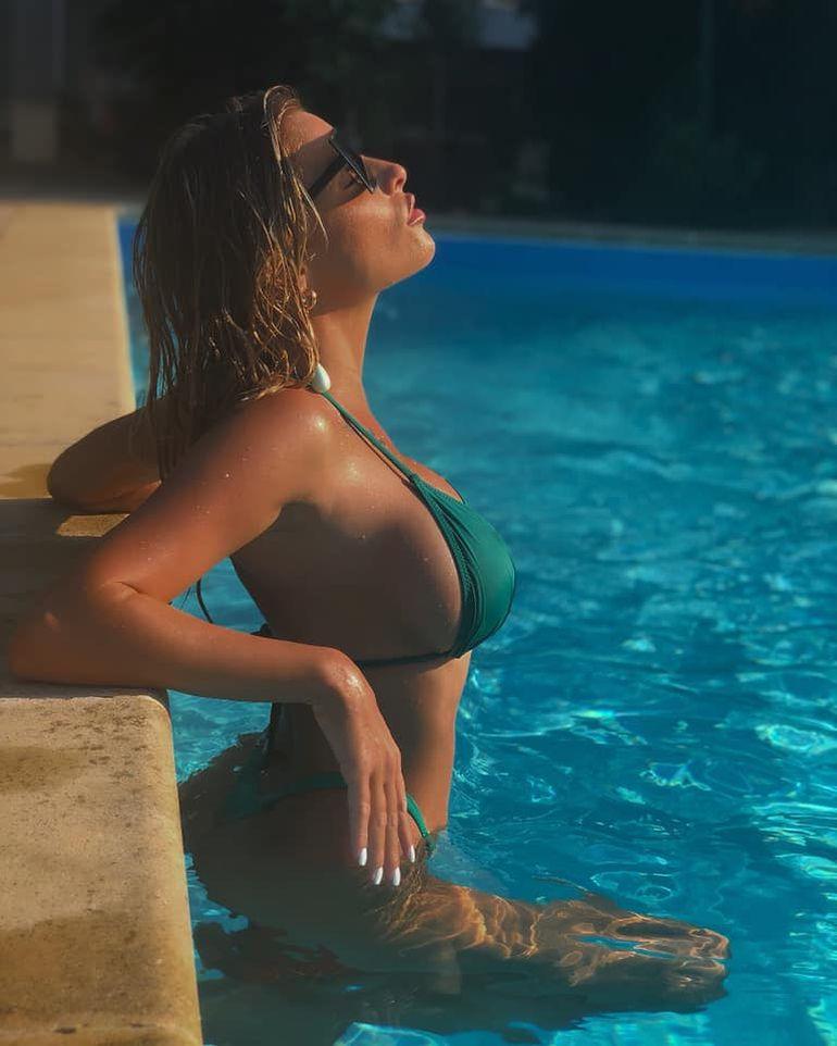 Cele mai fierbinți imagini cu Flori Raiciu! Asistenta tv este ilegal de sexy la piscină! FOTO