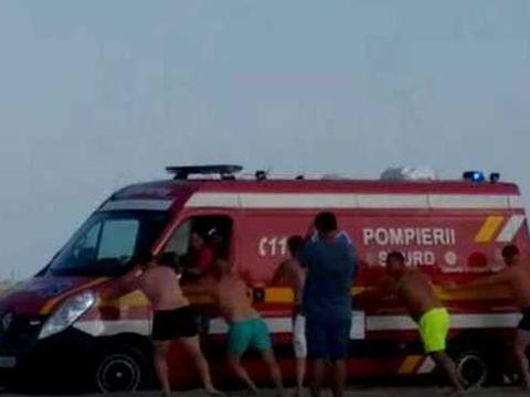 Bărbat înecat în Marea Neagră. Ambulanța care l-a preluat a rămas împotmolită în nisip