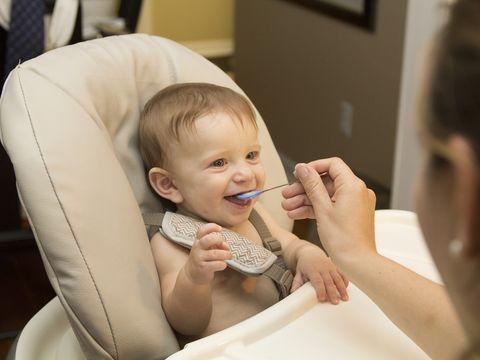 De ce se constipă bebelușii după diversificare? Unde greșesc, de fapt, părinții