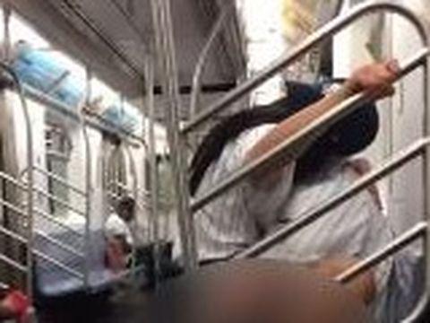 Scene halucinante în metrou! Doi tineri fac sex sălbatic pe scaune, ținându-se de bara de metal de lângă ușă