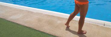 """Cristi din Banat șochează din nou: s-a pozat în """"tanga"""" la piscină"""