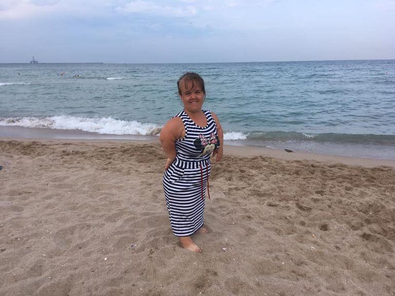 Văduva Piticului Colorado s-a pozat pe plajă! Cum arată Mădălina la doi ani și jumătate de la moartea artistului de circ?