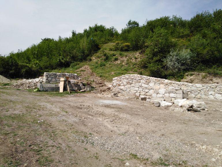"""Mizerie de nedescris la locul în care a fost descoperit Tezaurul de la Pietroasele! Pet-uri și ambalaje """"împodobesc"""" dealul în care, în 1837, a fost găsită fabuloasa comoară FOTO EXCLUSIV"""