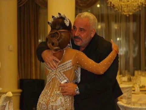 Ce sexy s-a îmbrăcat fiica lui Sile Cămătaru la o nuntă! Rebecca a petrecut alături de unchiul ei, Nuţu Cămătaru, în timp ce tatăl ei este la închisoare! FOTO