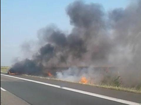 Incendiu de vegetație pe Autostrada Soarelui. Pe sensul către mare se circulă pe o singură bandă