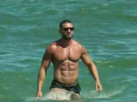 Dorian Popa a intrat în mare în stil mare: cu ochelari de soare și slipi Versace VIDEO EXCLUSIV