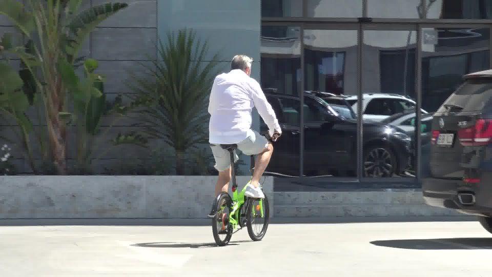 Ilie Năstase, cu bicicleta după soția lui! Paparazzii WOWbiz.ro l-au surprins în ipostaze incredibile pe tenisman