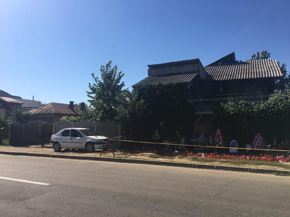E halucinant ce se întâmplă în faţa casei lui Gheorghe Dincă chiar în aceste momente! Acesta este obiectul uluitor care-i face pe toţi să plângă! FOTO EXCLUSIV!