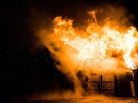 O femeie și-a incendiat iubitul, după ce a adormit! Motivul este șocant