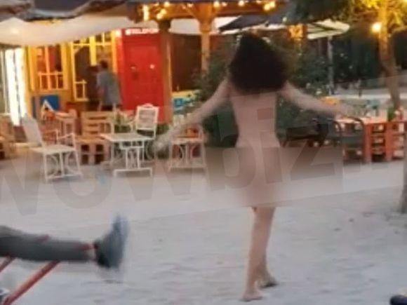 O tânără goală pușcă a dansat în mijlocul unei terase din Vama Veche! Cum au reacționat bărbații când au văzut-o?