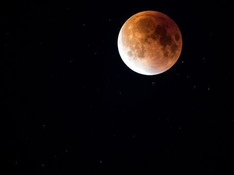Avertizări pentru ziua de Sfântă Mărie! Luna plină în Vărsător stârnește furtuni sufletești, certuri și gelozii