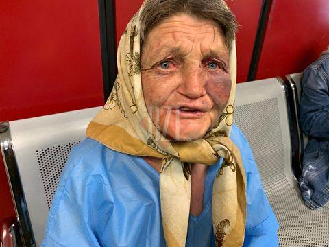 """Bătrână din Iași, tâlhărită fără milă în Gara Internațională și abandonată de familie la spital. Femeia singură și grav bolnavă trece prin momente teribile: """"Mi-au luat tot. Am stat ieri flămândă în spital"""""""
