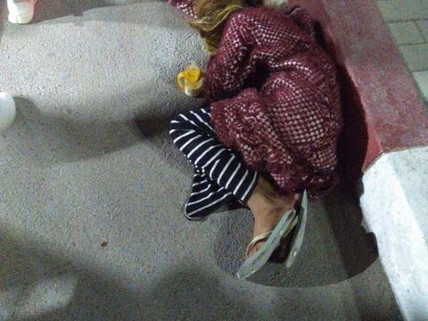 Zeci de copii, duși la cerșit de părinți în Costinești. Dorm pe cartoane și așteaptă înfometați mila oamenilor, timp de ore întregi