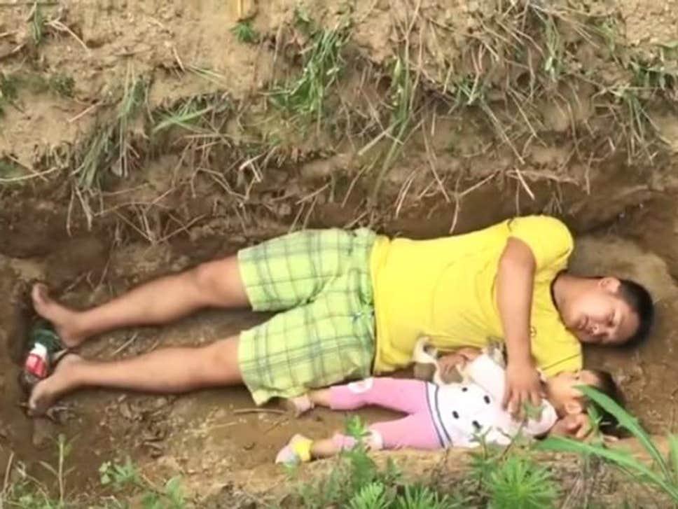 Un tată i-a pregătit fetiței sale mormântul și o duce acolo zilnic. Îți vor da lacrimile când vei afla de ce face asta