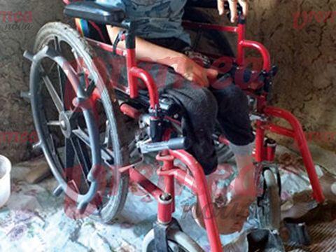 Denis are 10 ani și s-a născut cu tetrapareză spastică. Mama lui îl crește singură și este copleșită de cheltuieli, iar tatăl a plecat când a aflat că are un copil bolnav