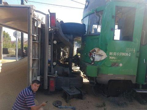 Tren deraiat, după ce a lovit un camion plin cu nisip!