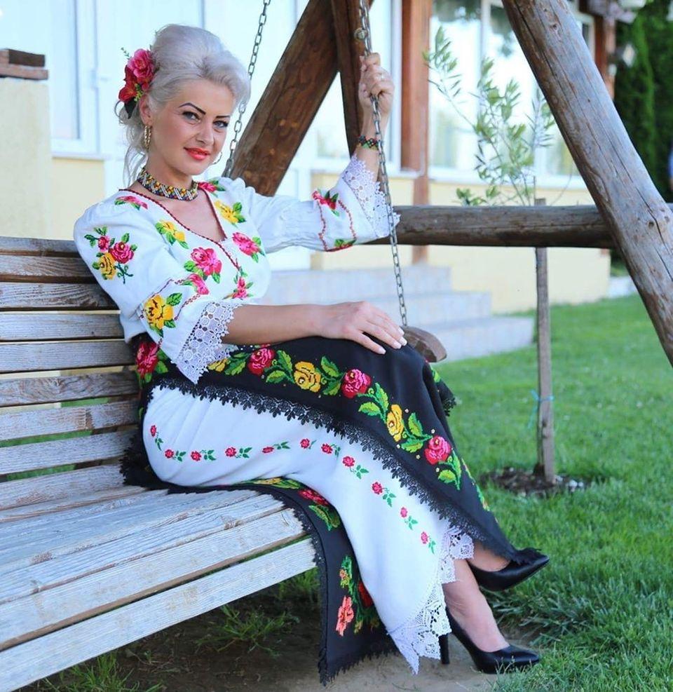 Anamaria Pop a fost condusă pe ultimul drum! La înmormântarea artistei au cântat colegii ei de breaslă  VIDEO