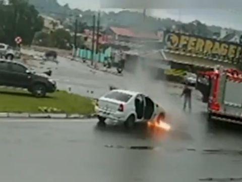 Incident incredibil pe șosea. Un Logan a luat foc lângă un camion de pompieri! VIDEO ULUITOR