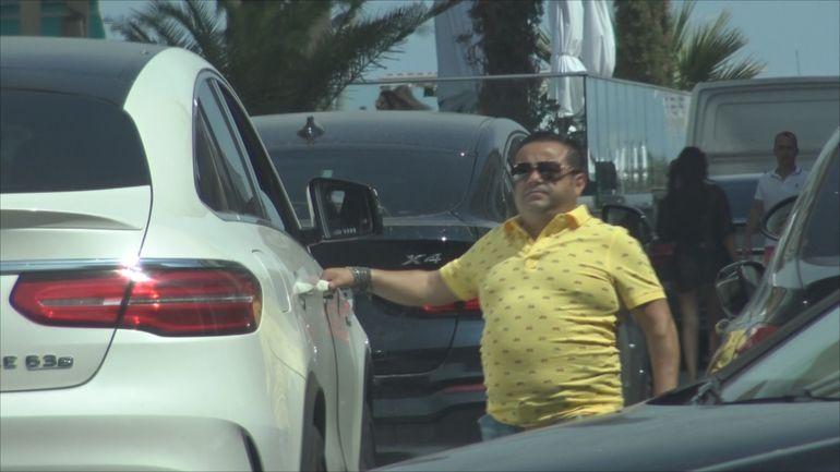 Adrian Minune, atras ca un magnet de o mașină din anii '80, deși în parcare îl aștepta un bolid de peste 100.000 euro! Cum arată modelul care l-a făcut pe cântăreț să reacționeze așa? VIDEO EXCLUSIV