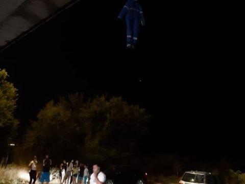 Au sunat îngroziți la 112, după ce au văzut un trup spânzurat de pod, cu un carton la gât! Când l-au dat jos, autoritățile au rămas fără cuvinte