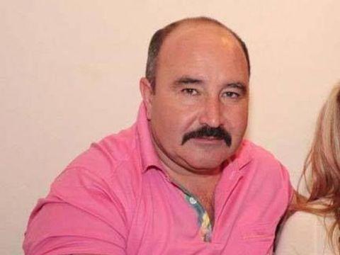 Nuţu Cămătaru face ture cu şalupa pe lacul Snagov! Căpitanul Nuţu e asistat de fiica sa sexy! FOTO