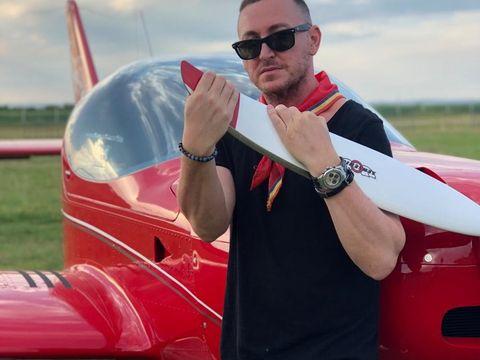 Senzații tari cu Gino Manzotti de la Dj Project și un avion de acrobații