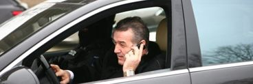 Gigi Becali, oprit de polițiști când vorbea la telefon în direct cu un post de televiziune! Fabulos ce i-a spus agentului care l-a tras pe dreapta