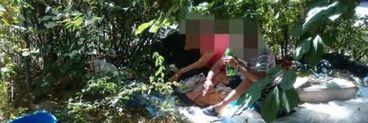 Un bărbat și o femeie au fost surprinși făcând amor pe iarbă, în toiul zilei,  în fața copiilor! FOTO
