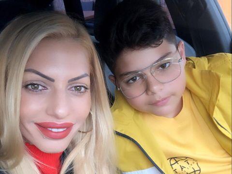 IREAL! Cum s-a îmbrăcat Nicoleta Guță în prima zi de școală a fiului Nikolas? Manelista avea geacă de piele, puștiul a fost echipat în galben FOTO